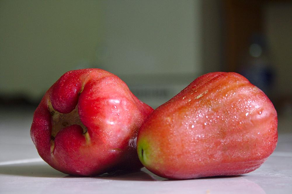 Розовое яблоко с паттайского рынка