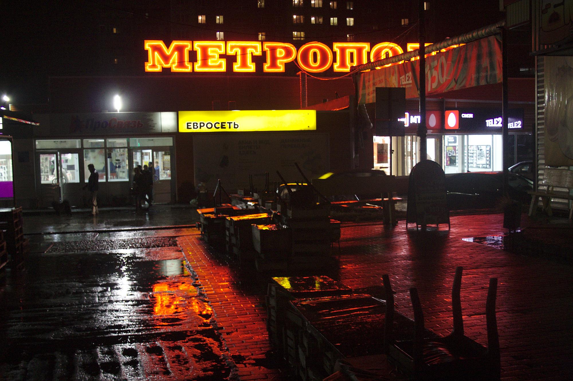 Странные силуэты чужих прохожих или же полное их отсутствие на немых улицах, освещаемых неоновыми вывесками