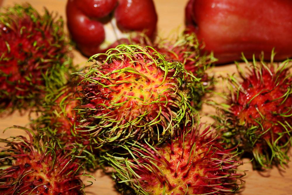 Рамбутаны и розовые яблоки с паттайского рынка