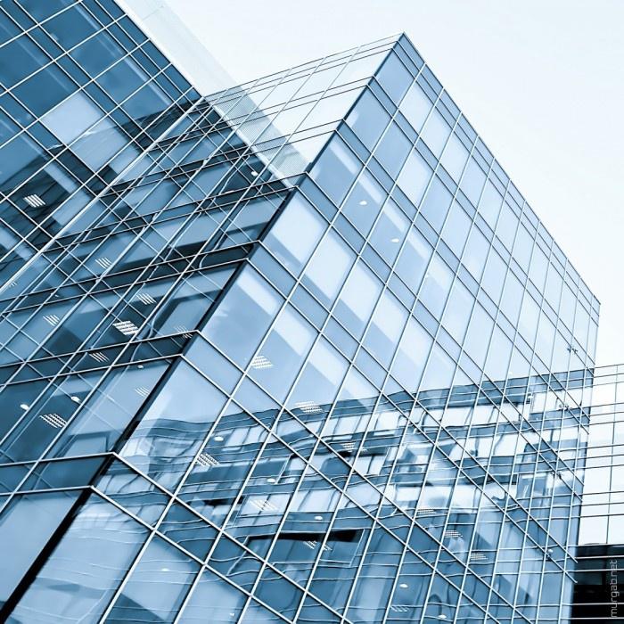 Здание с прозрачными солнечными батареями в окнах