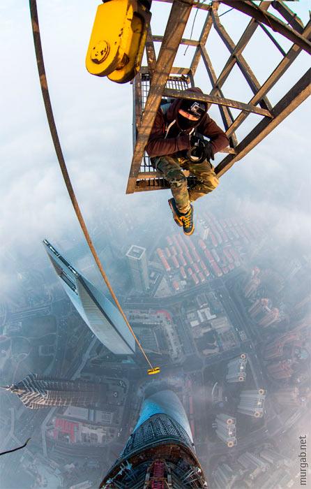 Российские руферы в Шанхае, подъем на стрелу крана