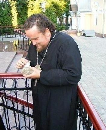 Священник считает деньги