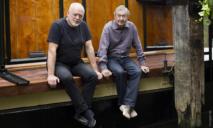 Старики Дэвид Гилмор и Ник Мейсон сидят на лавочке