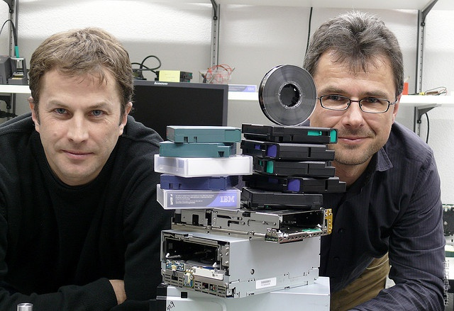 Ученые из IBM научились записывать на катушку дешевой магнитной пленки 220 ТБ данных