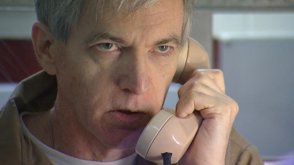 Чарльз Каллен совершает звонок в тюрьме