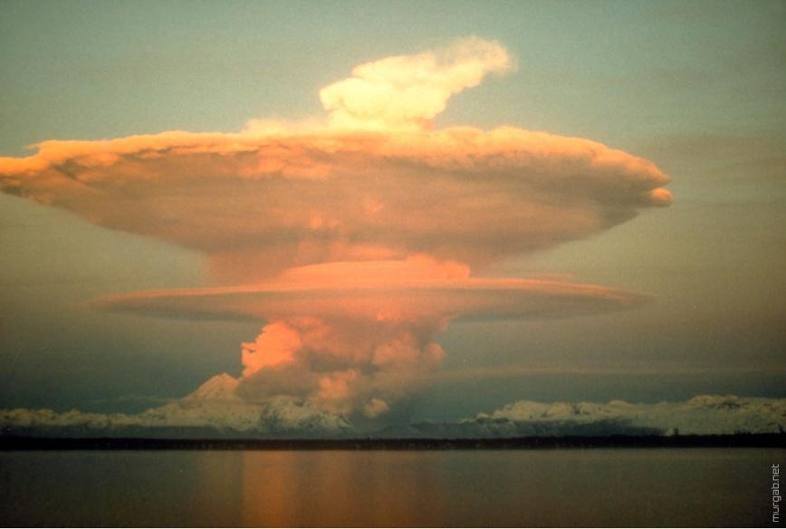 Вулкан в форме ядерного взрыва