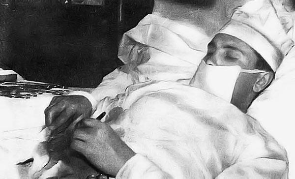 Леонид Рогозов делает операцию на собственном аппендиксе