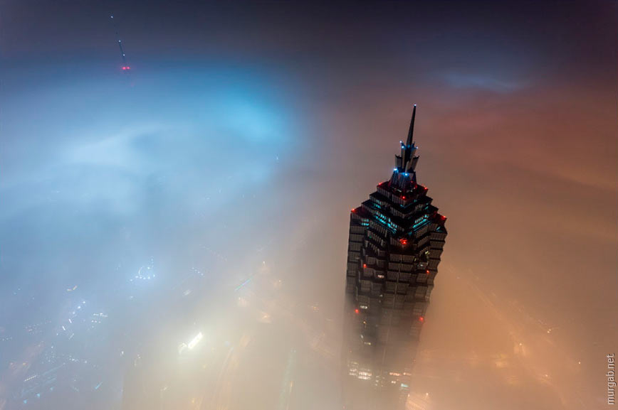 Шанхайский небоскреб в облаках