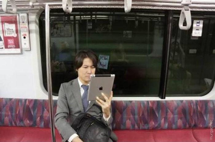 Серьезный человек работает на iPad-е